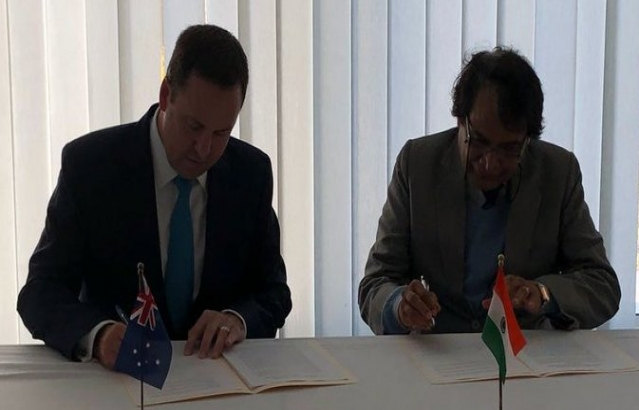 Hon'ble Minister of Commerce & Industry Sh. Suresh Prabhu and the Australian Minister of Trade & Investment Mr Steven Ciabo signing the Joint Statement after the Joint Ministerial Commission meeting.