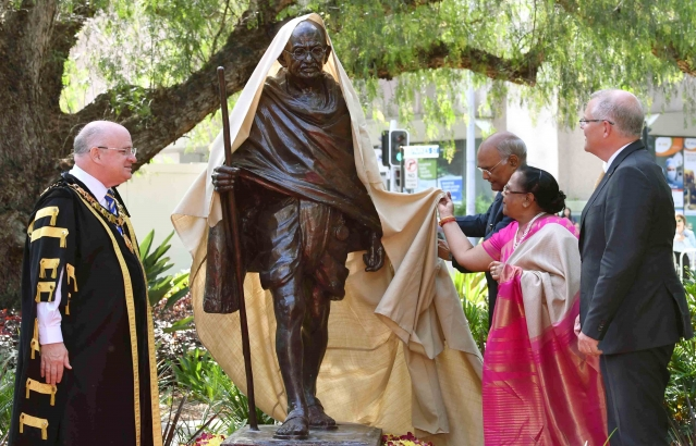Hon. President unveiling the Statue of Mahatma Gandhiji at Jubilee Park, Sydney on 22-11-18